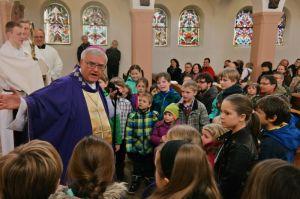 Bischof Koch trifft Kinder im Norden Leipzigs.