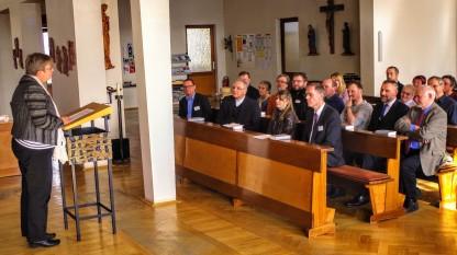 Laudatio von Martina Breyer (Ambo) auf Dr. Nikolaus Legutke (2. Sitzreihe, 1.v.r.) unter Anwesenheit von Bischof Heinrich Timmerevers (1. Sitzreihe, 2. v.l.)