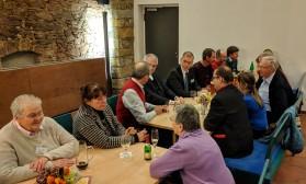 """Gespräche in der """"Scheune"""" im Bischof-Benno-Haus in Schmochtitz. Herbstvollversammlung des Katholikenrates DD-Meißen, 2017."""